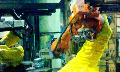 ABB <strong>Roboterschutzanzug</strong> als Teilverkleidung zum Schutz vor Staub und Ppänen in der Gießerei