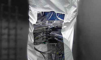 <strong>Roboterschutzanzug</strong> aus Tyvek, Sonderlösung mit Sichtfenster aus Klarfolie