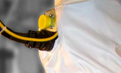 <strong>Roboterschutzanzug aus beschichtetem Gewebe</strong>, Ausschnitt für Schlauchzuführung