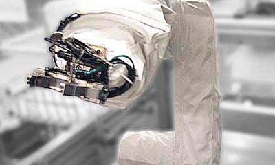 <strong>Roboterschutzhülle</strong> für Kuka KR 5 mehrteilig im Einsatzbereich des Maschinenbaus. Der Schutzanzug verhindert die Verunreinigung des Roboters und seiner Verfahrachsen mit Öl, Schmierstoff und Spänen, spart die aufwendige Reinigung, um ein Verkleben zu verhindern.